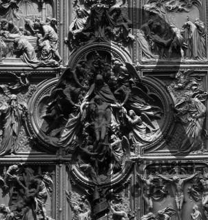 Milano Duomo porta centrale Dolori della Vergine