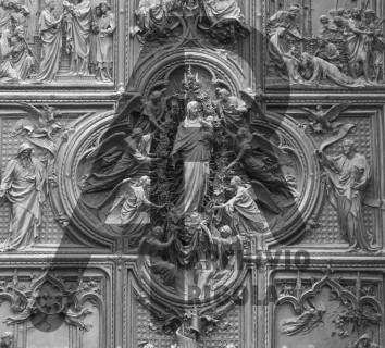 Milano Duomo porta centrale Gioia della Vergine