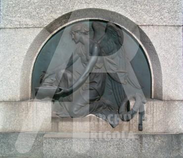 Rigola Scultori Monumenti Funerari Bronzo Angelo con Lucerna
