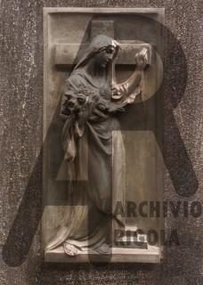 Rigola Scultori Monumenti Funerari Donna con Croce Bronzo